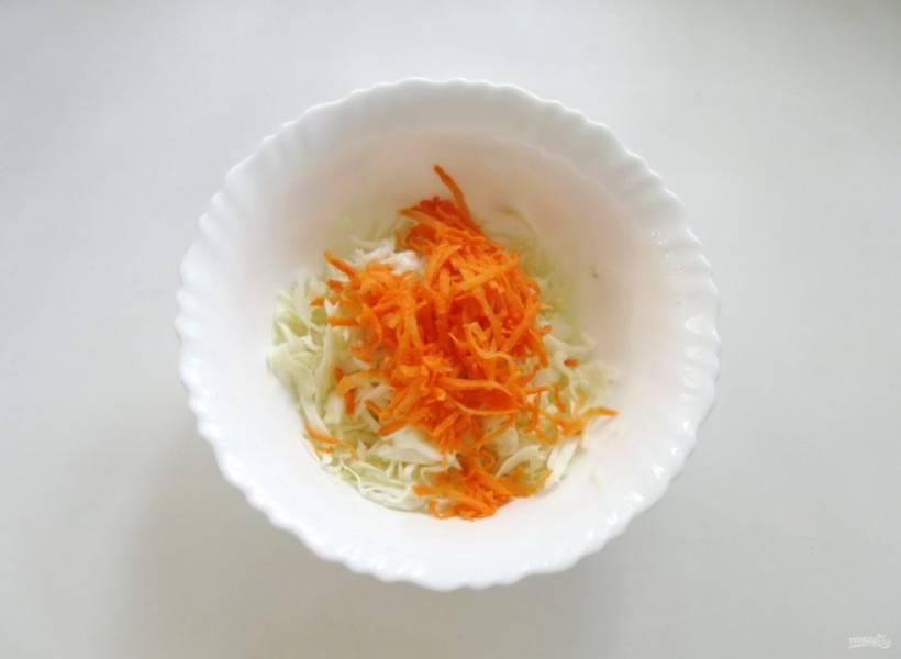 Морковь натрите на терке и добавьте к капусте в салатник.