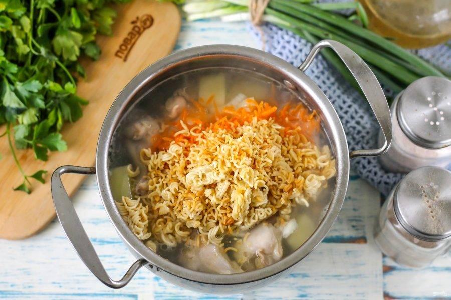 Всыпьте в кастрюлю луковую и морковную нарезки, а также обжаренную вермишель. Аккуратно все перемешайте.