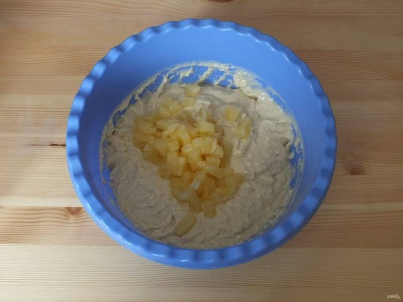 Соедините обе части. Добавьте нарезанный ананас.