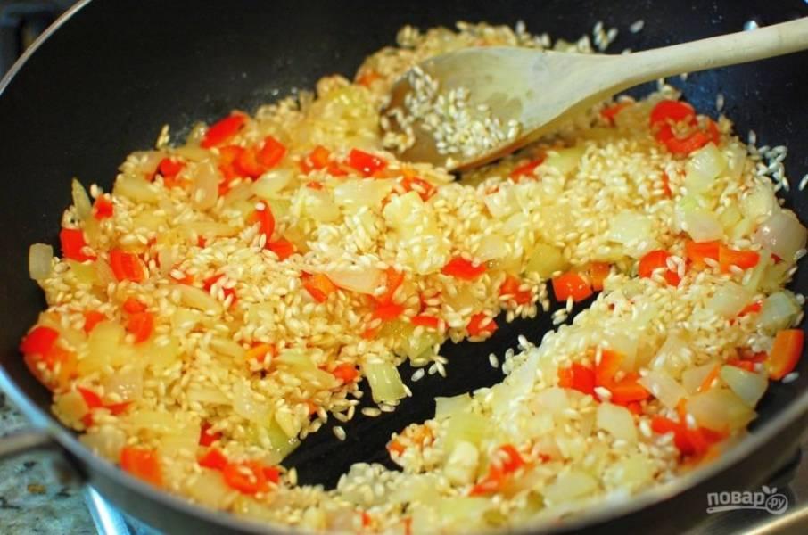 3.Выложите рис и перемешайте, обжаривайте его 2-3 минуты.