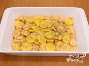 Картофель солим, добавляем любимые специи (я добавлял сушеный базилик).