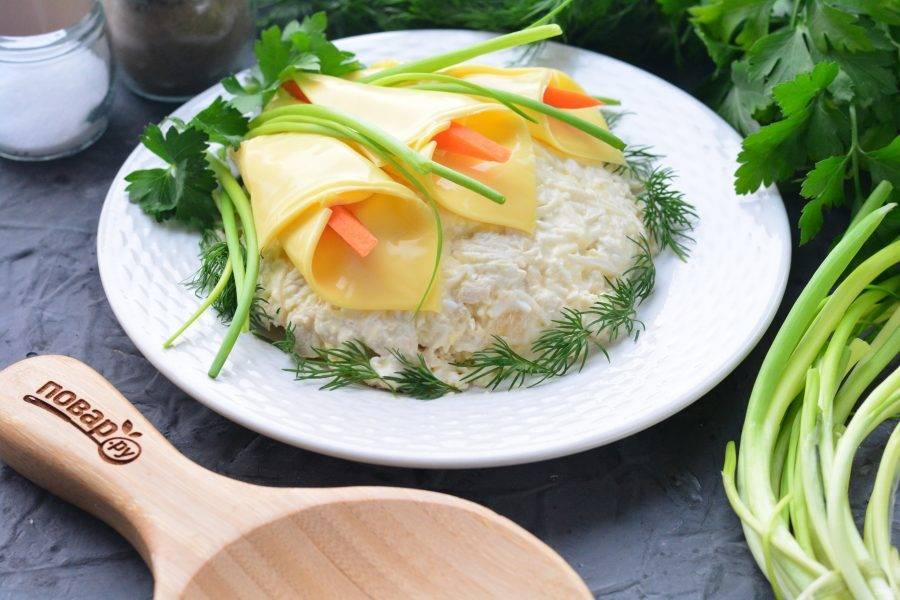 Из сырой или вареной морковки выложите тычинки в цветы, добавьте для декора зеленый лук. Готово. Подавайте нарядный салат к столу. Приятного аппетита!