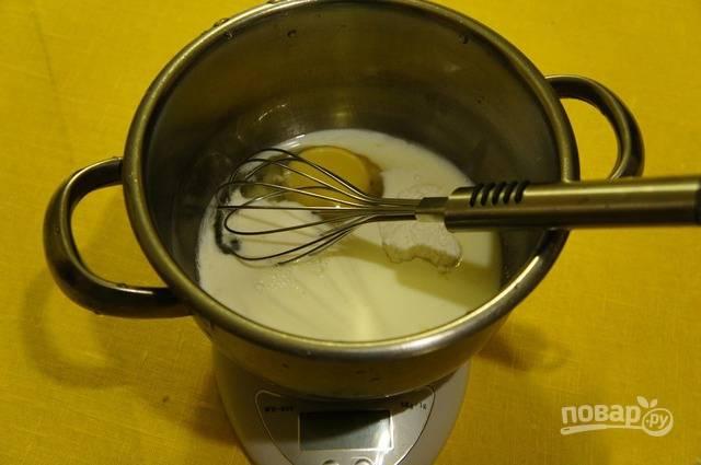 Желатин замочите в воде и дайте ему набухнуть. Смешайте яйцо, молоко, сахар, соль, крахмал, ванилин. Варите на среднем огне до загустения, помешивая венчиком.