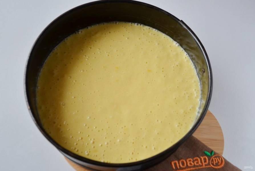 9. Форму для выпекания застелите пергаментом, смажьте маслом. Перелейте тесто и поставьте в горячую духовку (180 градусов) на 40 минут.