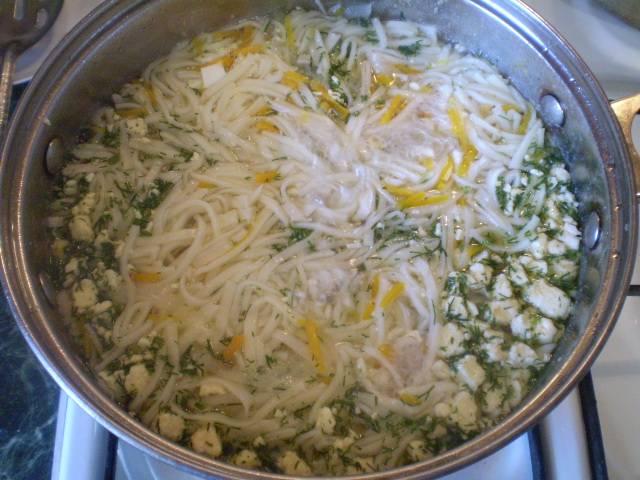 В конце варки добавляем рубленое яйцо и зелень. Провариваем 1 минуту.