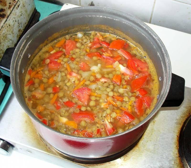 Когда закипит повторно похлебка, уменьшаем огонь. Режем помидор и добавляем в похлебку. Варим еще минут 30.  Готовую похлебку из чечевицы подаем с ржаным хлебом. Приятного аппетита!