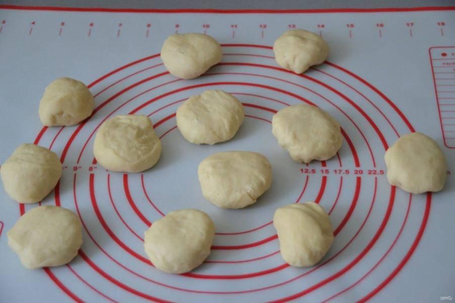Тесто разделите на 10-12 частей, скатайте в шар.