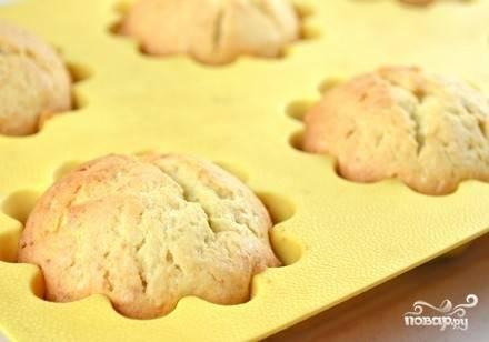И выпекаем в разогретой до 180 градусов духовке минут 35-40. Проверяем готовность кексов сухой деревянной зубочисткой.