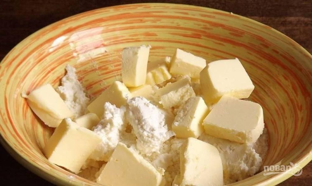 Творог с мукой выложите в миску. Лучше использовать домашний творог, но подойдет и магазинный в брикетах или рассыпчатый. Добавьте к творогу щепотку соли и нарубленное кубиками холодное сливочное масло.