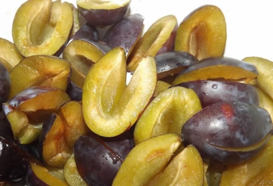 2. Теперь возьмемся за сливы - их нужно подготовить: разрезаем плод пополам и извлекаем косточку. После этого каждую половинку нарезаем вдоль.