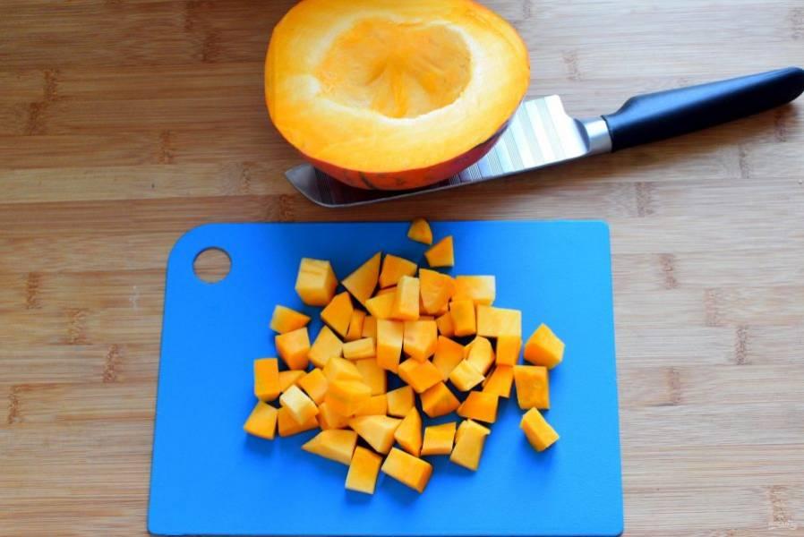 Овощи очистите и нарежьте довольно крупными кубиками.