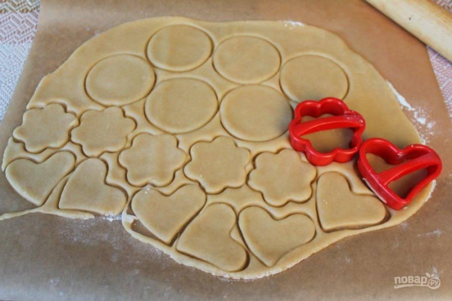 Тесто раскатываем толщиной 2 мм и вырезаем фигурное печенье.
