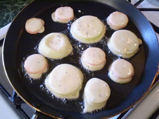5. Дополнительно я приготовила овощи в кляре. Порезала лук и морковь тонко, окунала в кляр и жарила.