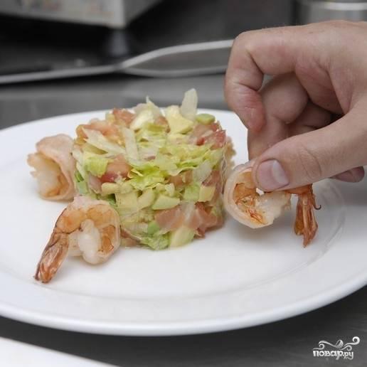 Аккуратно достаем формочку, украшаем салат обжаренными креветками.