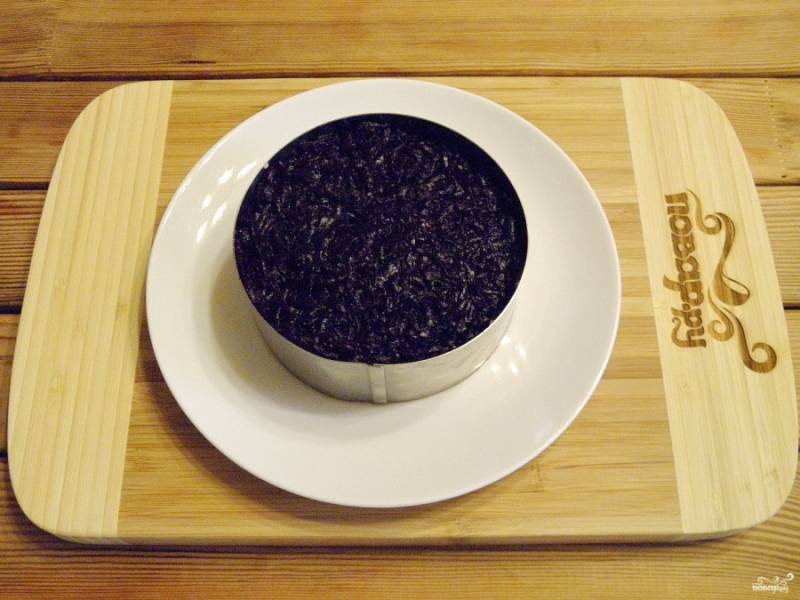 Предпоследний слой салата - отварная свекла. Посолите её, поперчите и сделайте майонезную сетку.