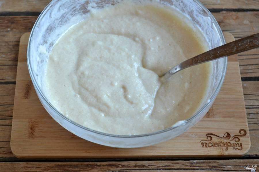Влейте подсолнечное масло, тщательно замесите ложкой. Сначала масло будет четко отделяться от теста, но уже через минуту все превратится в однородную консистенцию, а тесто станет гладким и нежным. Именно из такого теста получится идеальная вегетарианская шарлотка.