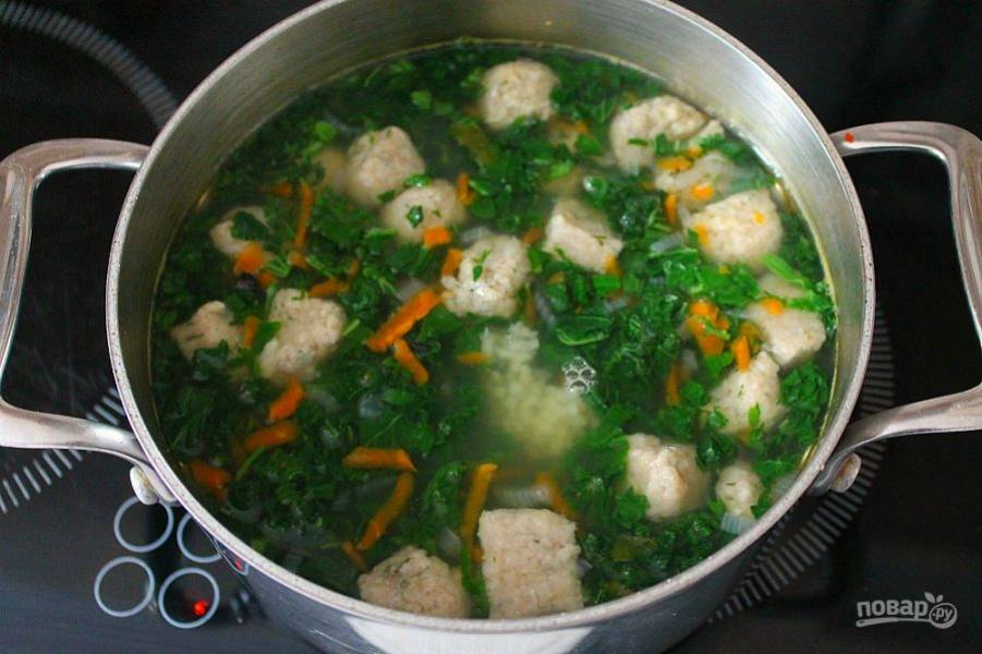За минуту до выключения кладем в суп крапиву и чеснок. Готовый суп настаиваем 7-10 минут.