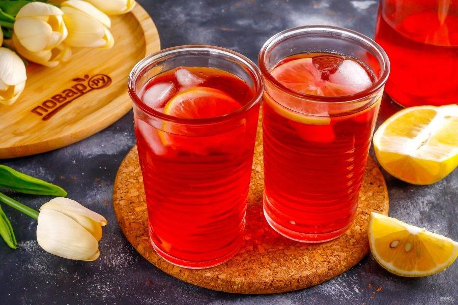 Спустя указанное время подайте розовый лимонад к столу, разлив его в стаканы и добавив в них льда.