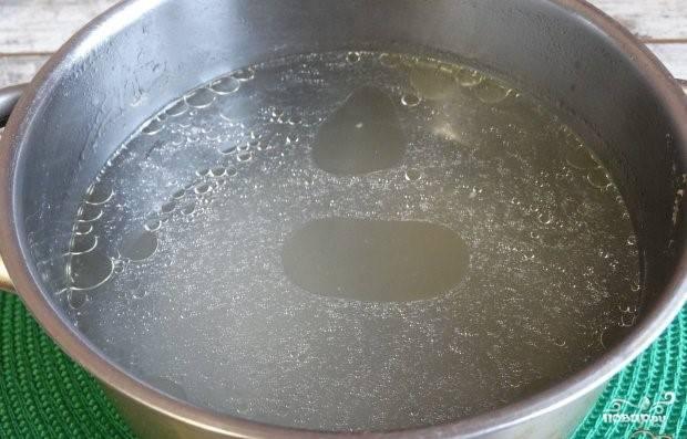 1. Перед тем, как приготовить щи с консервированной фасолью, сварите бульон. Для этого используйте куриную спинку. Заложите ее в кипящую воду. Посолите. Варите на медленном огне 30 минут.