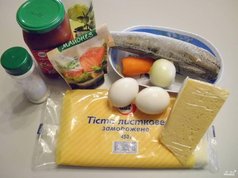 Подготовьте продукты для пирога. Тесто разморозьте при комнатной температуре. Из такого количества продуктов получается два небольших пирога с рыбой. Рыбу (хек) отварите в соленой воде в течении 15 минут до готовности. Яйца отварите вкрутую.