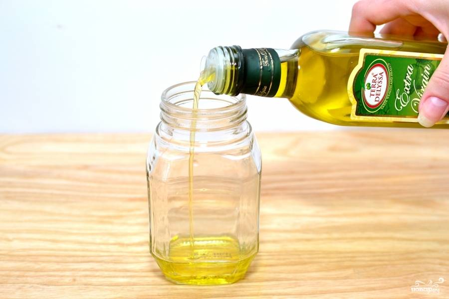 Смешайте оливковое масло и уксус.