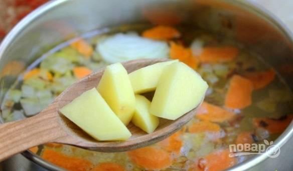 Потом почистите, промойте и нарежьте картофель кубиками. Добавьте их в суп.