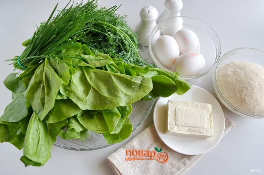 Подготовьте продукты. Всю зелень тщательно вымойте, у шпината удалите ножки, понадобятся только листочки.