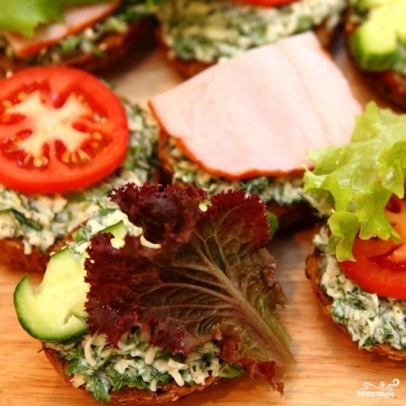 Наконец, каждый бутерброд украшаем листом салата. Летние бутерброды готовы. Приятного аппетита! ;)
