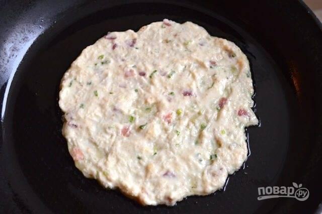 5.Разогрейте сковороду с растительным маслом и ложкой выложите около 0,5 стакана теста, разровняйте в лепешку.