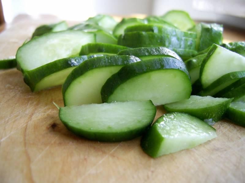 2. Огурцы также шинкуем, как и помидоры.