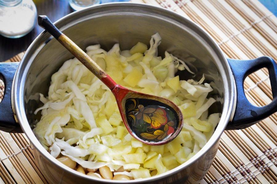 Влейте масло и тушите салат 20 минут на медленном огне.