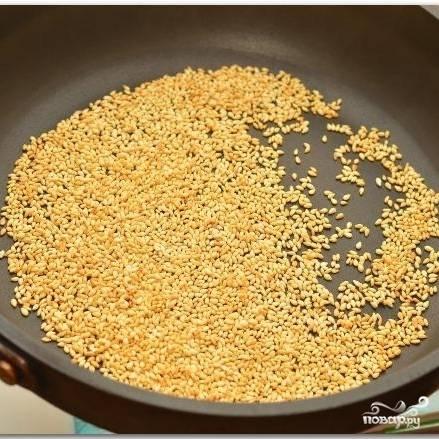 Кунжутные семечки 1-2 минуту обжариваем на сухой сковороде.