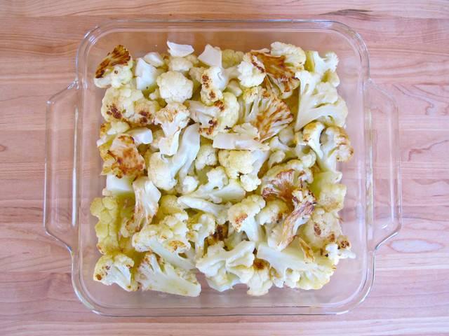 5. Форму для запекания смазать немного сливочным маслом. Выложить туда цветную капусту.