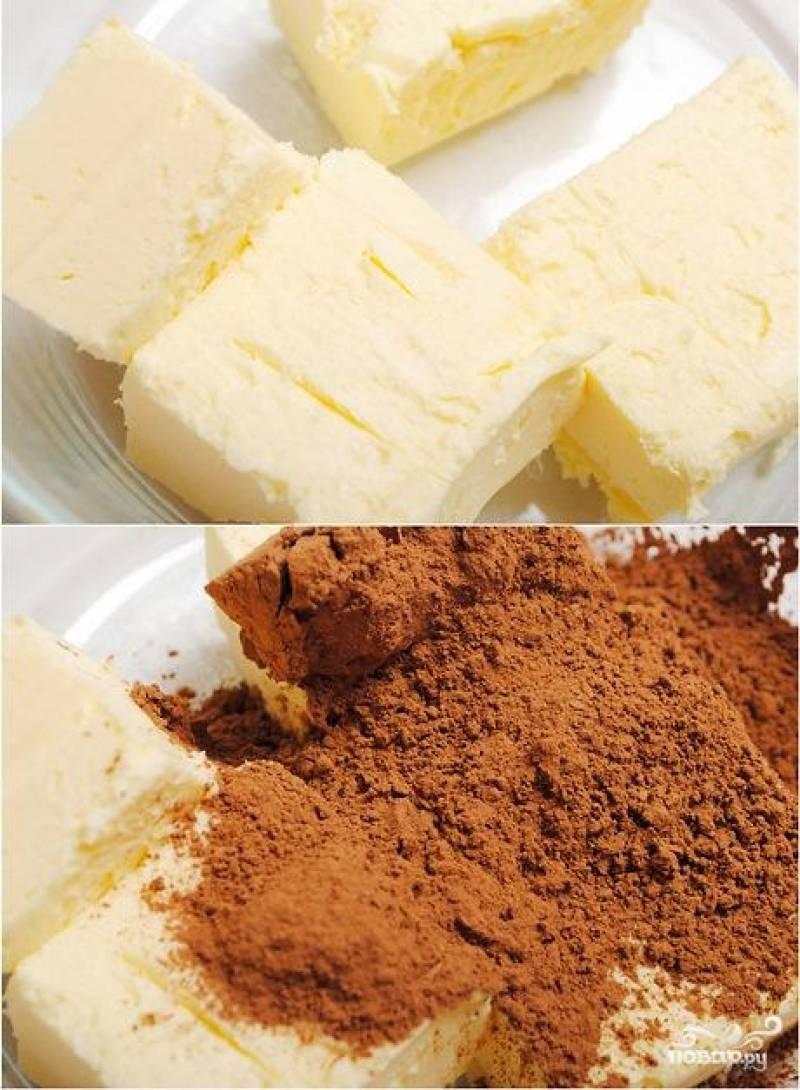Смешиваем нарубленное на крупные куски сливочное масло, какао, сахар и сахарную пудру. То есть, все ингредиенты :)