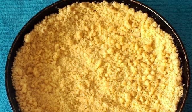 Все тщательно перемешайте (можно руками). Творожная начинка готова. Форму для выпечки смажьте растительным маслом, выложите в нее 2/3 теста в форме тарелочки.