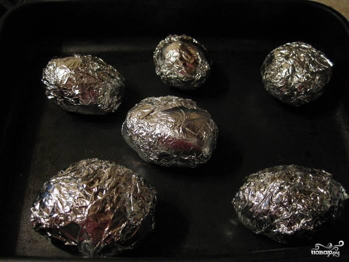 Уложить клубни на противень и запекать в духовке при 200С около часа.