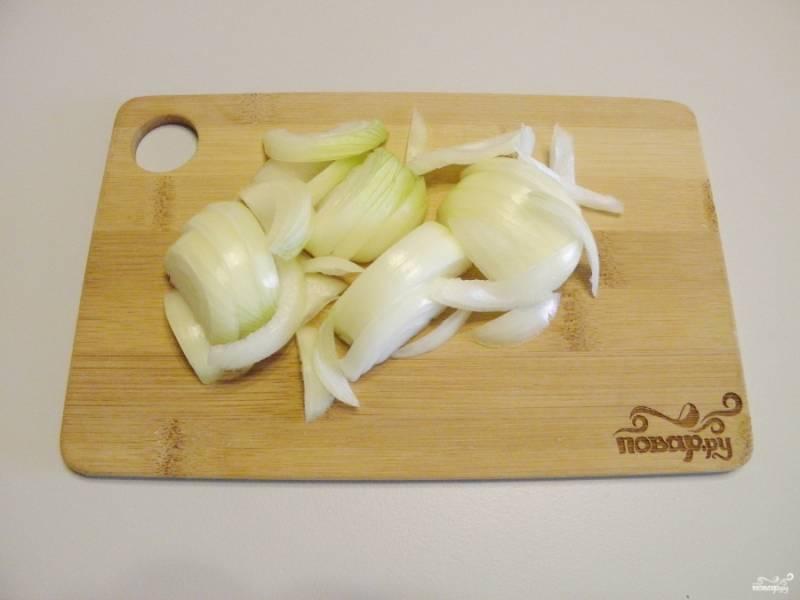 Порежьте лук полукольцами крупно, чтобы он чувствовался в салате.