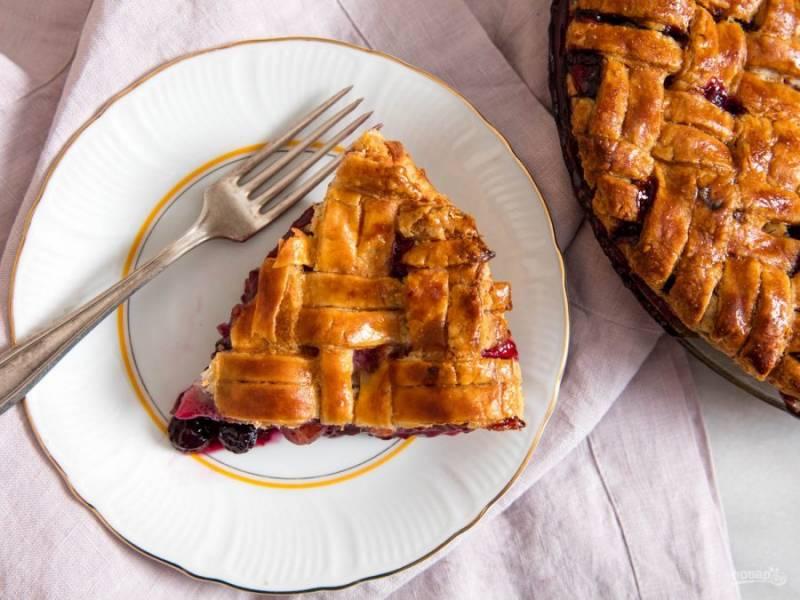 6.Готовый пирог удалите из духовки и оставьте на несколько часов для остывания, затем нарежьте его кусочками и подавайте.