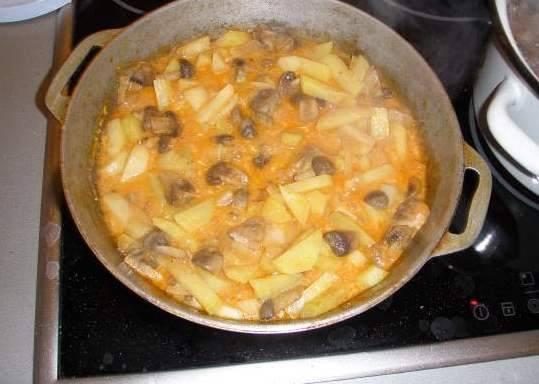 Добавляем картофель, все хорошенько перемешиваем и тушим на слабом огне под крышкой около 15-20 минут.
