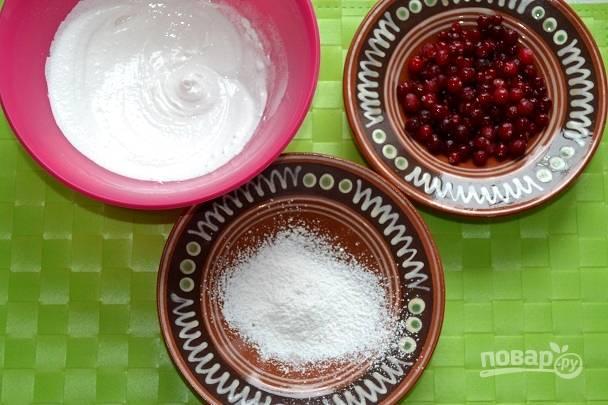 Оставшуюся пудру всыпьте в небольшую миску. Приготовьте белок и ягоды. Окуните ягоды сперва в белок, после обваляйте в сахарной пудре.