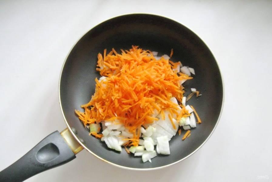 Морковь и лук очистить, помыть. Лук мелко нарезать, а морковь натереть на терке. Выложить в сковороду и налить рафинированное подсолнечное масло. Тушить овощи перемешивая 10-12 минут.