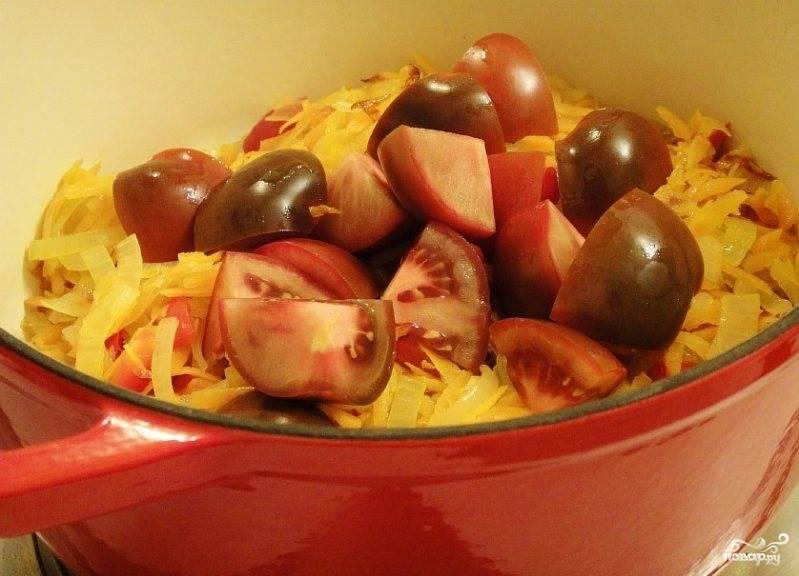 Обжаренные овощи перекладываем в кастрюлю с толстым дном, к ним добавляем помидоры.