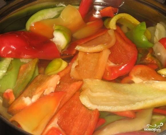 3.Опустите перец в кипящую воду и подержите там 2 минуты. Аккуратно достаньте перец и опустите в кипящий на медленном огне рассол на 5 минут.