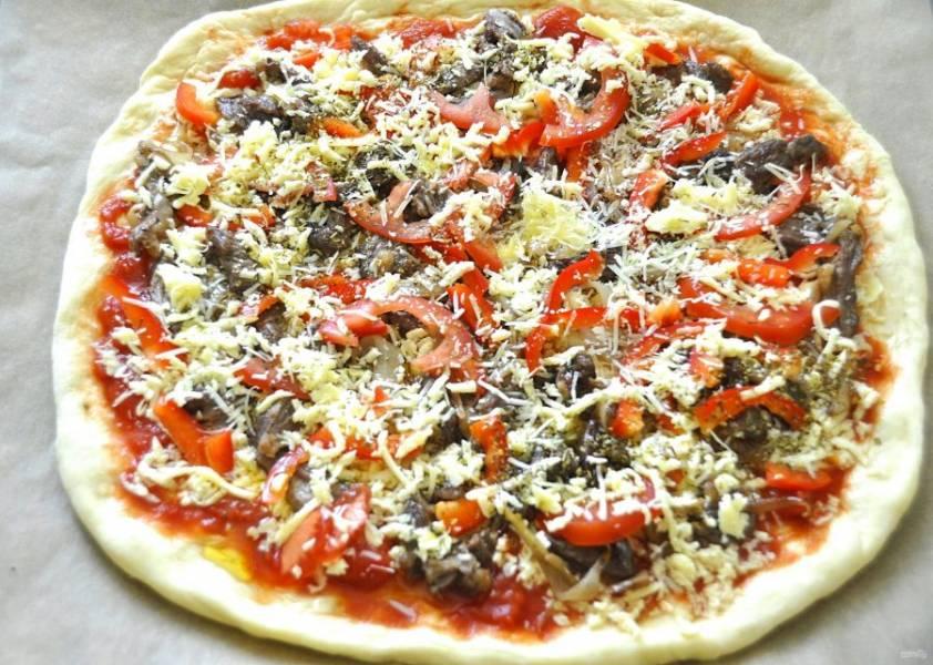 Посыпьте остатками моцареллы, ароматными итальянскими травами, сбрызните оливковым маслом. Выпекайте примерно 30 минут при температуре 180-200 градусов.