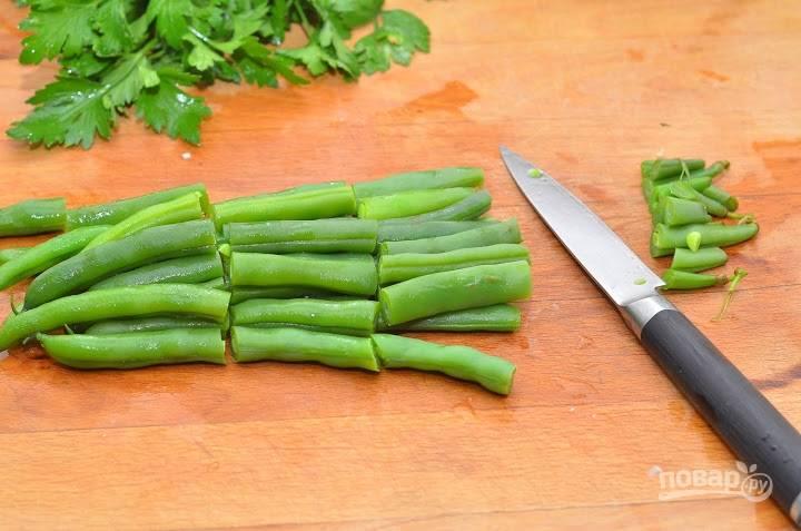6.Отварную зеленую фасоль разрезаю на 2-3 части, срезаю хвостики.