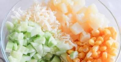1. Курицу отварим и остудим. Пока она готовится, нарежем все остальные ингредиенты, а сыр трем на терке.
