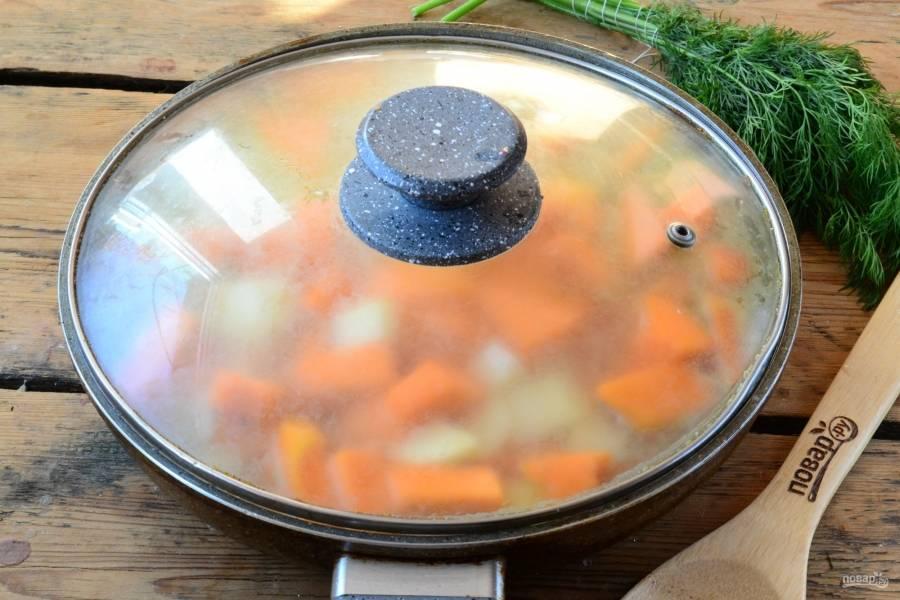 Залейте все водой, добавьте воду. Готовьте под крышкой 30-40 минут (до готовности картофеля).