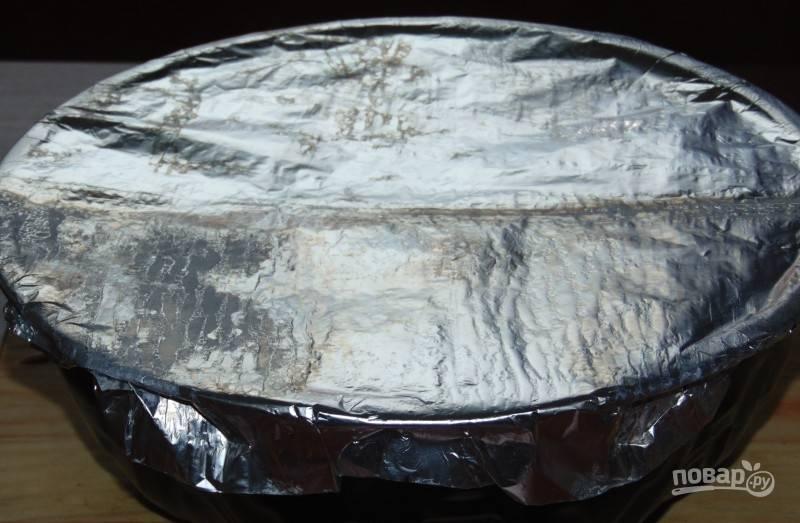 Накройте форму фольгой, чтобы тесто не пригорело.