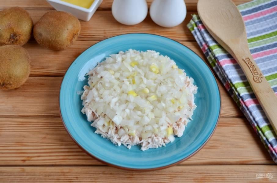 Очистите луковицу, порежьте её максимально мелко и распределите равномерно по куриному мясу.