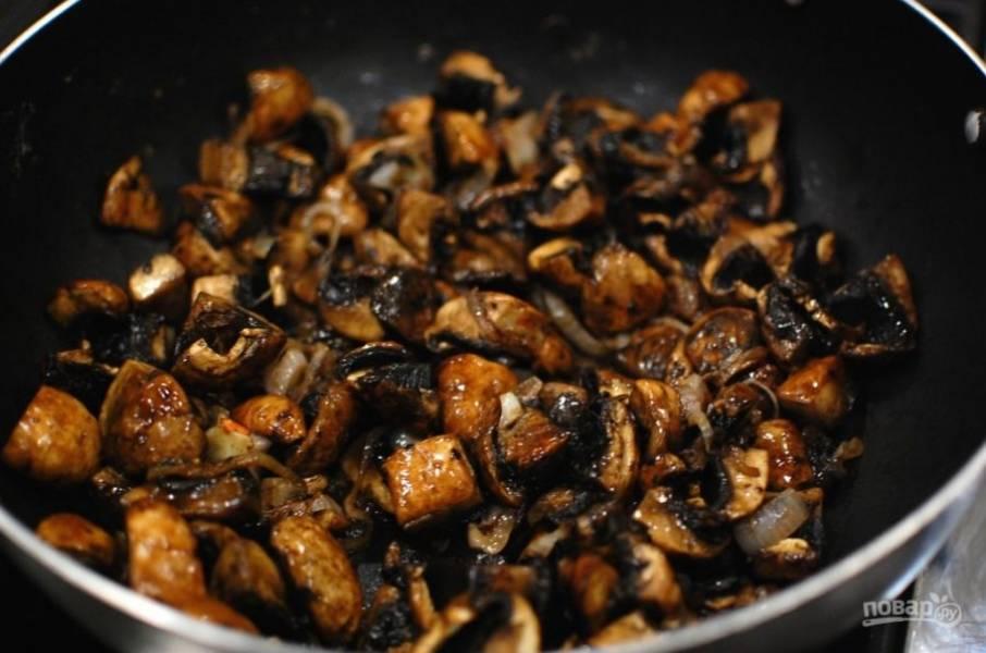 2.Грибы нарежьте крупными кусочками, выложите их в сковороду и обжаривайте около 5-7 минут. Переложите грибы с луком в другую тарелку.